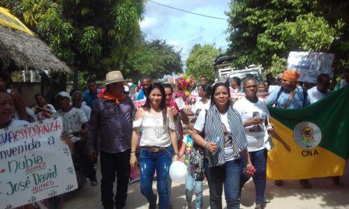 Milena Quiróz junto a su comunidad